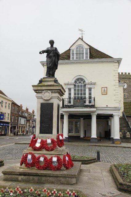 Die Town Hall mit dem War Memorial davor.  © Copyright Bill Nicholls and licensed for reuse under this Creative Commons Licence.