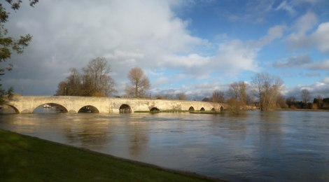 Die Wallingford Bridge bei Hochwasser.   © Copyright Des Blenkinsopp and licensed for reuse under this Creative Commons Licence.