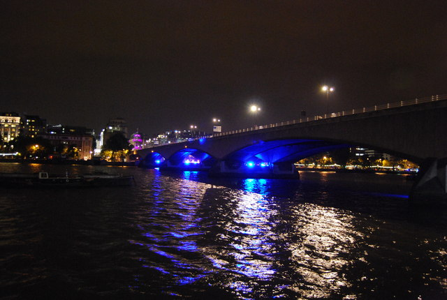 Die Waterloo Bridge bei Nacht. Trafen sich hier die Hexen in Coldplays Song'   © Copyright N Chadwick and   licensed for reuse under this Creative Commons Licence.