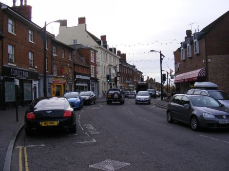 Die High Street von Newport Pagnell. Aus diesem Ort kommen die Pergamente der Firma William Cowley.   © Copyright Adrian Cable and licensed for reuse under this Creative Commons Licence.