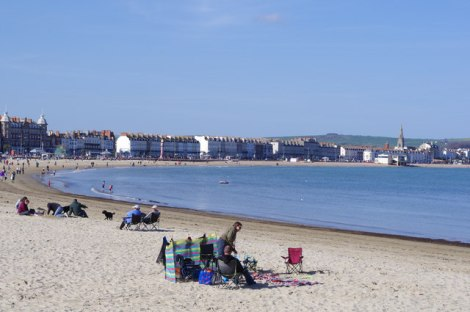 Platz 2: Der Strand von Weymouth.   © Copyright Chris Talbot and licensed for reuse under this Creative Commons Licence.