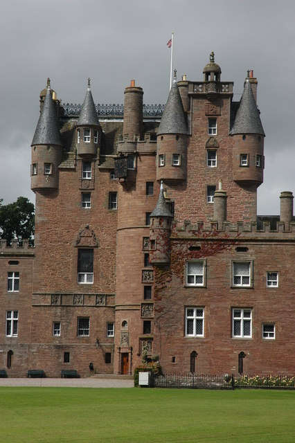 Das unheimliche Glamis Castle in Schottland.    © Copyright Philip Halling and licensed for reuse under this Creative Commons Licence.