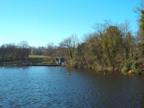 Einer der Highgate Ponds auf Hampstead Heath, die Männerabteilung.  © Copyright Malc McDonald and licensed for reuse under this Creative Commons Licence.