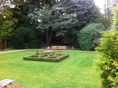Der George Harrison geweihte Garten.  © Copyright Darrin Antrobus and licensed for reuse under this Creative Commons Licence.