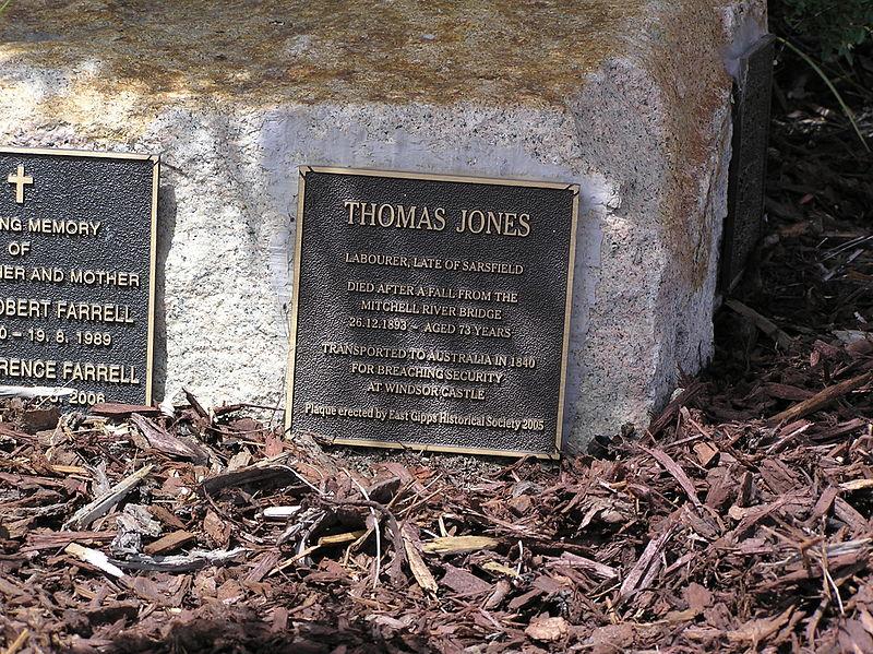 Die Erinnerungsplakette auf dem Friedhof von Bairnsdale in Australien. Author: ALFAMAX1 This file is licensed under the Creative Commons Attribution-Share Alike 3.0 Unported license.