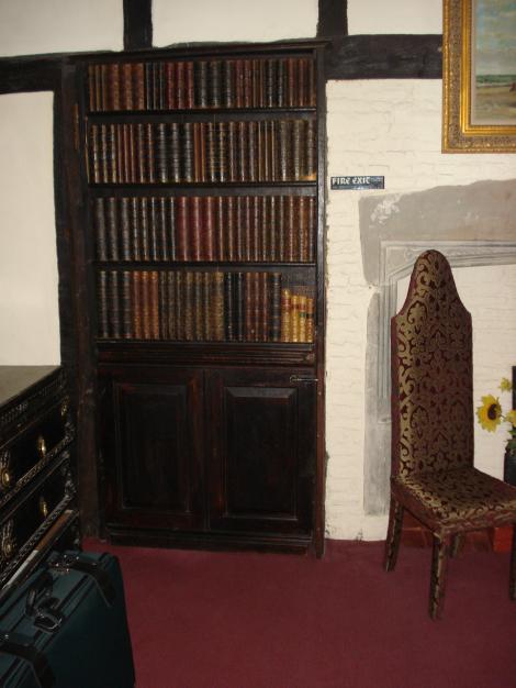Die Geheimtür hinter dem Bücherschrank in Dr Syn's Bedroom im The Mermaid Hotel in Rye. Eigenes Foto.