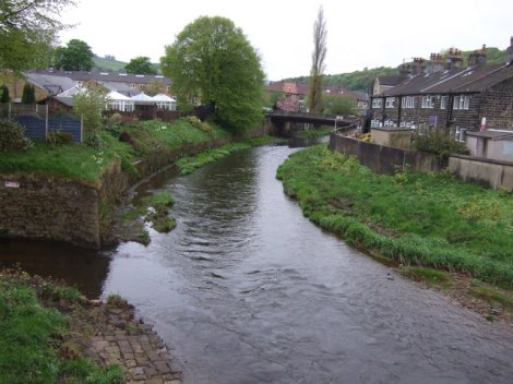 Mytholmroyd (West Yorkshire) und der River Calder, an dessen Ufer das Wildgemüse wächst.    © Copyright JThomas and licensed for reuse under this Creative Commons Licence.