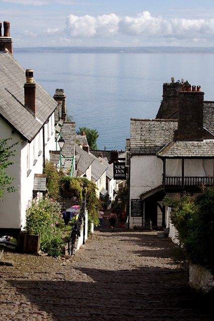 Die Hauptstraße von Clovelly mit dem New Inn.   © Copyright Tony Atkin and licensed for reuse under this Creative Commons Licence.