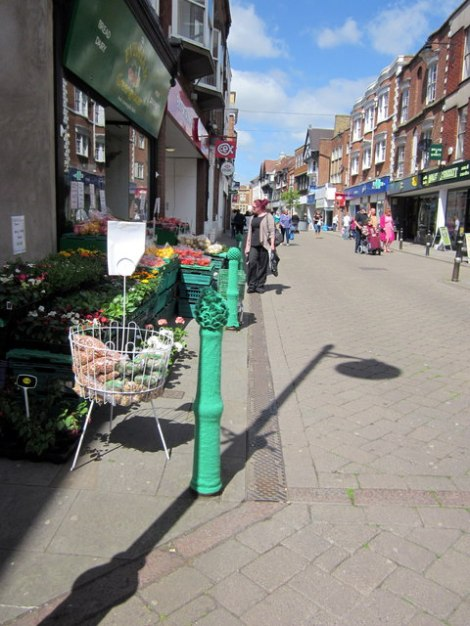 """Ein """"Spargel-Poller"""" an der Bridge Street in Evesham (Worcestershire).  © Copyright Roy Hughes and licensed for reuse under this Creative Commons Licence."""