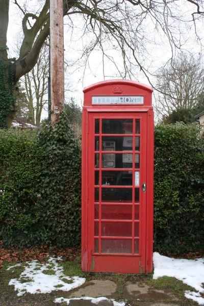 Die Telefonzelle neben der Village Hall von North Stoke, zu sehen zu Beginn der Barnaby-Episode.  © Copyright Bill Nicholls and licensed for reuse under this Creative Commons Licence.