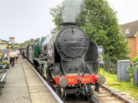 Ein Zug der Watercress Line auf dem Bahnhof von Alton (Hampshire).   © Copyright David Dixon and licensed for reuse under this Creative Commons Licence.