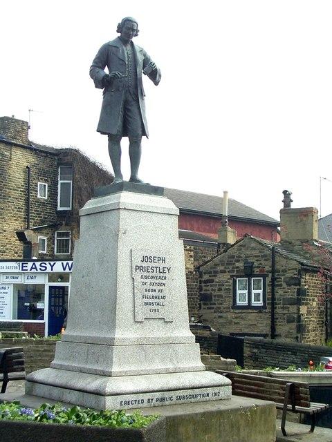 Joseph Priestleys Denkmal auf dem Markptlatz der Stadt.  © Copyright Stanley Walker and licensed for reuse under this Creative Commons Licence.