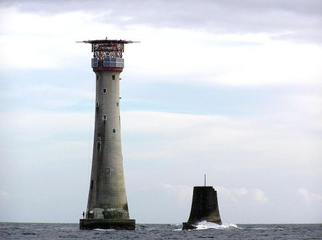 Das heutige Eddystone Lighthouse; rechts davon der Stumpf This work is released in the public Domain.