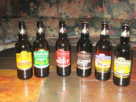 Eine Auswahl an Bieren der Hook Norton Brewery, die ich mir mitgebracht habe. Eigenes Foto.