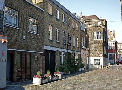 Wimpole Mews im Londoner Stadtteil Marylebone. In diesem Haus wohnten Dr Stephen Ward und zeitwiese Christine Keeler und Mandy Rice-Davis.   © Copyright Anthony O'Neil and licensed for reuse under this Creative Commons Licence.