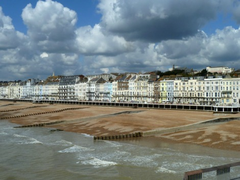Ein Blick auf die Stadt Hastings von der Pier.   © Copyright Robin Webster and licensed for reuse under this Creative Commons Licence.