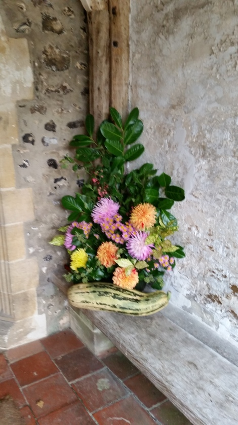 Ein herbstliches Gesteck am Kircheneingang. Eigenes Foto.