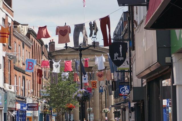 Der für das Barnaby-Festival geschmückte Marktplatz von Macclesfield.  © Copyright Peter Barr and licensed for reuse under this Creative Commons Licence.
