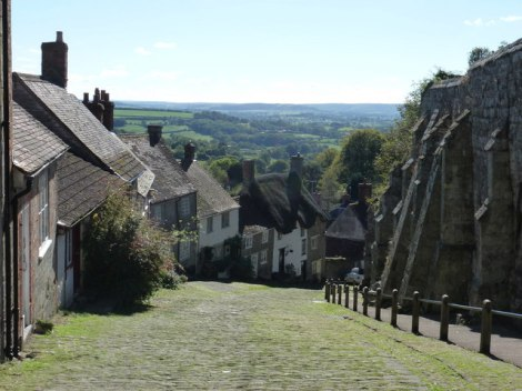 Der Gold Hill in Shaftesbury.   © Copyright Chris Downer and licensed for reuse under this Creative Commons Licence.