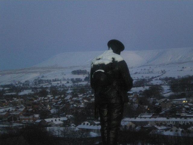 Blick auf Clitheroe von der Burg aus gesehen. Im Vordergrund ein Kriegerdenkmal, im Hintergrund der Pendle Hill.   © Copyright Tom Howard and licensed for reuse under this Creative Commons Licence.