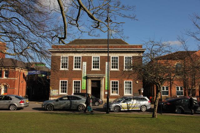 Das Grantham Museum, in dem Ausstellungsstücke von Edith Smith zu finden sind. Links neben dem Gebäude liegt der Edith Smith Way.  © Copyright Richard Croft and licensed for reuse under this Creative Commons Licence.