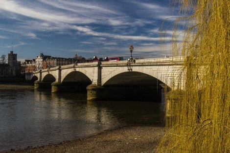 Die Londoner Putney Bridge, wo das Bootsrennen beginnt.   © Copyright Peter McDermott and licensed for reuse under this Creative Commons Licence.