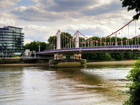 Die Chelsea Bridge.  © Copyright David Dixon and licensed for reuse under this Creative Commons Licence.