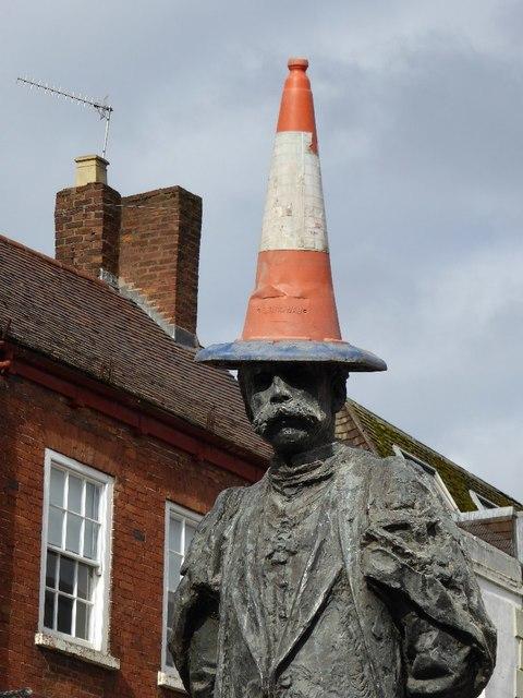 """Der arme Sir Edward Elagr wurde in der High Street von Worcester mit einem """"Hütchen"""" verunstaltet.  © Copyright Philip Halling and licensed for reuse under this Creative Commons Licence."""