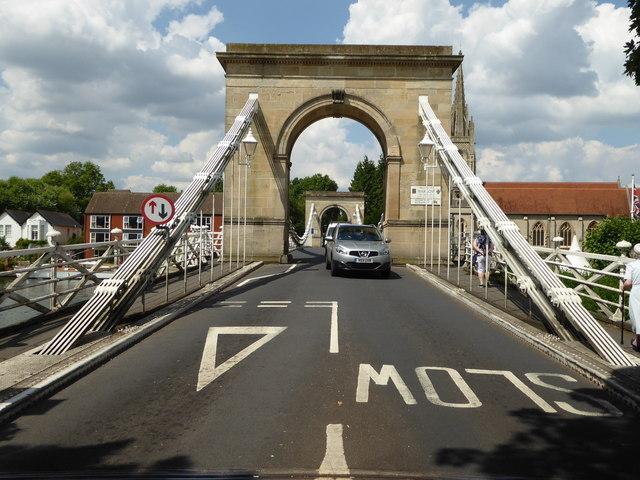 Bis maximal drei Tonnen dürfen die Fahrzeuge wiegen, die die Brücke überqueren möchten.   © Copyright Chris Allen and   licensed for reuse under this Creative Commons Licence.