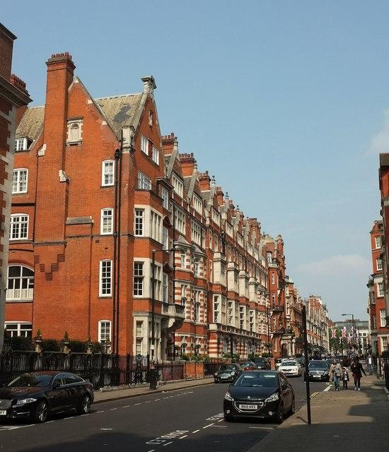 Die Mount Street im Londoner Stadtteil Mayfair.  © Copyright Derek Harper and licensed for reuse under this Creative Commons Licence.