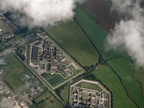 Die Gefängnisse auf der Isle of Sheppey von der Luft aus gesehen.  © Copyright Thomas Nugent and licensed for reuse under this Creative Commons Licence.