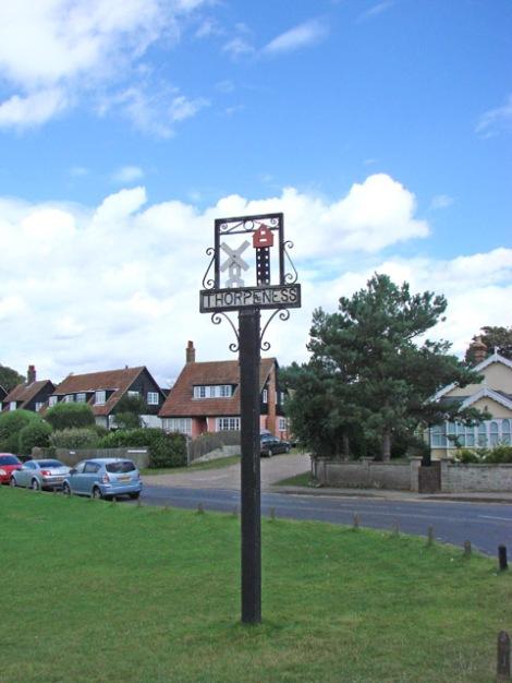 Auch auf dem Dorfschild von Thorpeness finden sich das House in the Clouds und die Windmühle wieder.  © Copyright Adrian S Pye and licensed for reuse under this Creative Commons Licence.