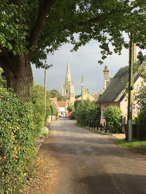 Rag's Lane in Woolpit mit der Kirche St Mary's im Hintergrund.  © Copyright Bob Jones and licensed for reuse under this Creative Commons Licence.