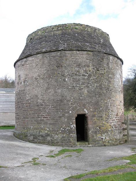 Das möglicherweise älteste Taubenhaus Englands steht in Garway (Herefordshire) und wurde im Jahr 1326 erbaut mit Olatz für 666 Tauben.  © Copyright Pauline E and licensed for reuse under this Creative Commons Licence.