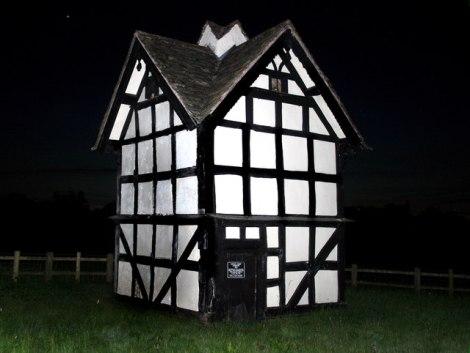 "Ganz anders sieht diese ""dovecote"" in Luntley, ebenfalls in Herefordshire, aus. Es stammt aus dem 17. Jahrhundert.  © Copyright Des Blenkinsopp and licensed for reuse under this Creative Commons Licence."