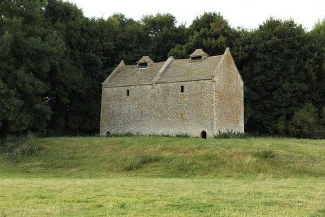 Ein Taubenhaus in Newton (Northamptonshire), zwischen Corby und Kettering gelegen. Es wurde im 16. Jahrhundert erbaut.  © Copyright Richard Croft and licensed for reuse under this Creative Commons Licence.