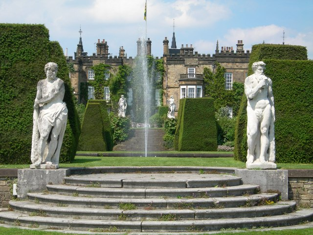 Renishaw Hall - Sitz der Sitwell-Familie.  © Copyright DAVID M GOODWIN and licensed for reuse under this Creative Commons Licence.