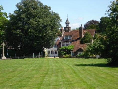 Das Manor House, der Village Green und links das Kriegerdenkmal. Eigenes Foto.