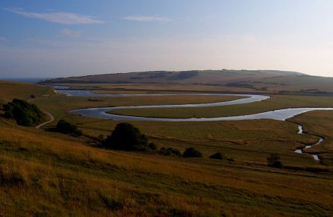 Der mäandrierende Cuckmere River, der dem Verlagshaus zu seinem Namen verhalf. Author: Marturius. This file is licensed under the Creative Commons Attribution-Share Alike 3.0 Unported license.
