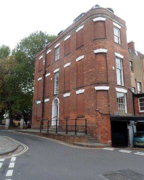 So sah ein Haus aus, dessen Fenster zwecks Steuervermeidung zugemauert wurden. Hier ein Beispiel aus Bridgwater aus Somerset.  © Copyright Jaggery and licensed for reuse under this Creative Commons Licence.