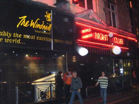 In diesem heutigen Strip-Club, damals ein Theater, wurde der Handlebar Club gegründet. This file is licensed under the Creative Commons Attribution-Share Alike 3.0 Unported license.