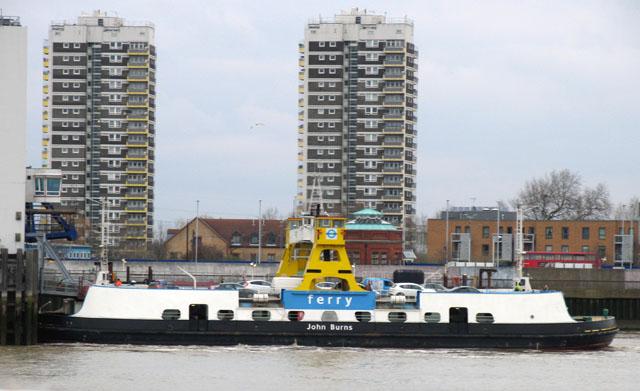 Die Woolwich Ferry Eine Kostenlose Fähre Die In London Autos über